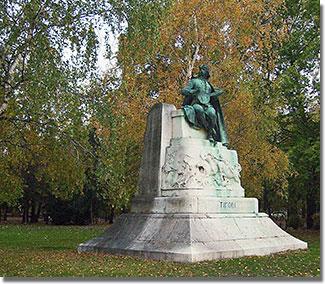 Bezerédi Gyula alkotása eredetileg (1955-ig) a Blaha Lujza téren állt, a Nemzeti Színház előtt