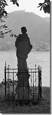 A nagymarosi Duna-parton, szemben a visegrádi várral (Ernszt Árpád felvétele)