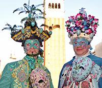 Maszka-pár a Szent Márk téren. Nappal is hátborzongató