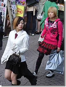 A messze földön híres Takeshita-dori utcában flangáló Lolita jelmezesek