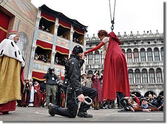 A 2011-es velencei karnevál angyali röpte Silvia Bianchini előadásában