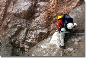A Bocchetta Alte kőhullás-veszélyes hókuloárja, kettős kötélbiztosítással. (A hóolvadás következtében mindkét biztosítókötél elérhetetlennek és így használhatatlannak bizonyult.