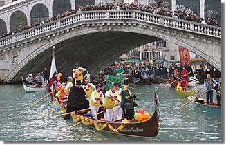 A látványos előkarneváli vízi felvonulás a Canal Grandén