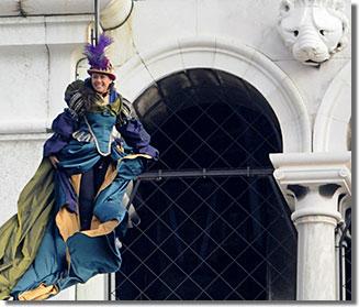 A karnevál csúcspontjaként Sas repül le a Szent Márk térre