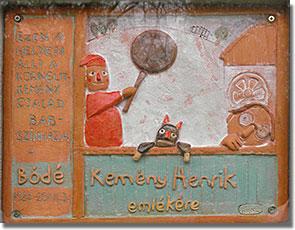Kemény Henrik bábszínháza 2014. április 6-án felavatott emléktáblája a népligeti Mutatványos téren, a Főkert falán. Baksa Gyöngyi keramikusművész alkotása...