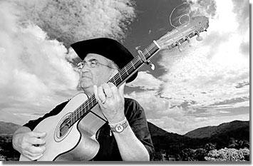 Eliades Ochoa két védjegye: a gitár és a sombrero