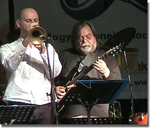 Fekete-Kovács Kornél trombitán és Babos Gyula gitárszintetizátoron a Morgan nyitószámában
